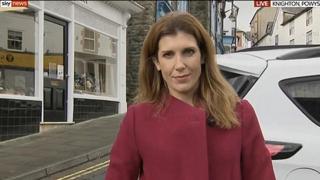 La reporter di Sky è in diretta, alle sue spalle un'auto in retromarcia la sfiora