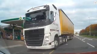 Camion invade la corsia opposta: urta un'auto ed evita per poco la seconda, incidente sfiorato