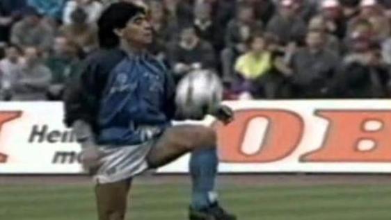 Maradona ha 60 anni, quei palleggi prima della finale di Coppa Uefa: il video cult