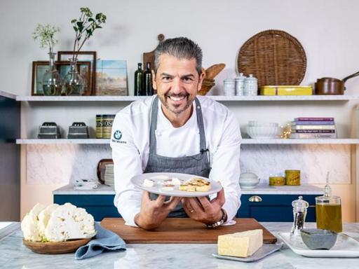 La ricetta del cavolfiore con crema di nocciole e fonduta al Grana Padano riserva dello chef Andrea Berton