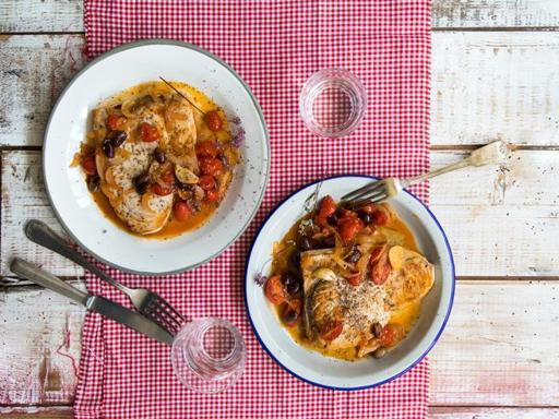 La ricetta del pesce spada alla sicula: con pomodorini, olive e origano