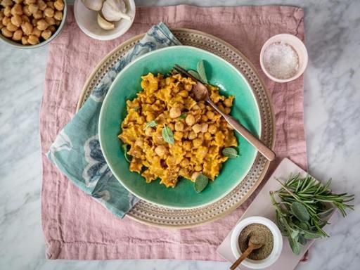 La ricetta one pot delle mafalde integrali con ceci e acciughe alla romana