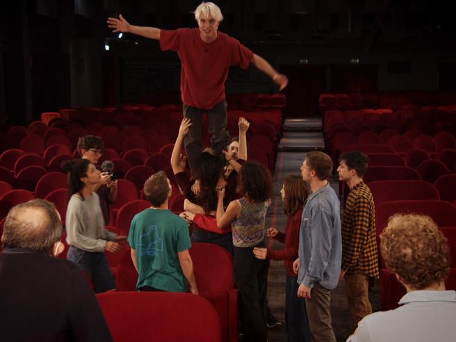 Alessandro D'Avenia, un appello rivoluzionario a teatro. Il debutto online: trailer in anteprima