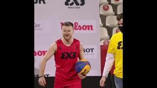 Basket, va a canestro saltando su tre persone