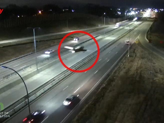 Usa, aereo ultraleggero atterra in autostrada: il velivolo si schianta contro un suv