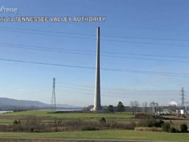 Usa: demolita una ciminiera di 300 metri, il crollo è spettacolare