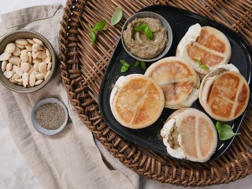 La ricetta delle tigelle con stracchino e pesto di melanzane (pronte in 20 minuti)