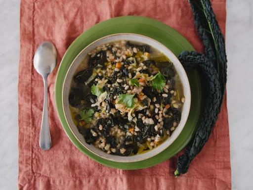La ricetta della zuppa di farro con cavoli misti