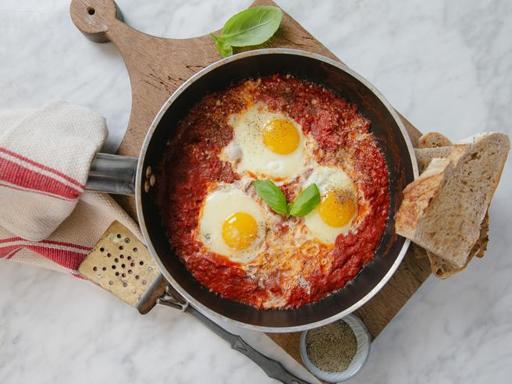La ricetta delle uova «in Purgatorio»: con pomodoro e pane croccante