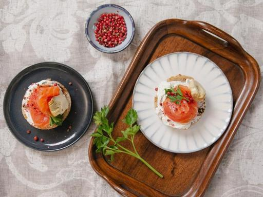 La ricetta dei canapé al salmone affumicato con carciofini (pronti in 15 minuti)