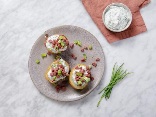 La ricetta delle jacket potatoes con salsiccia stagionata (pronte in soli 20 minuti)