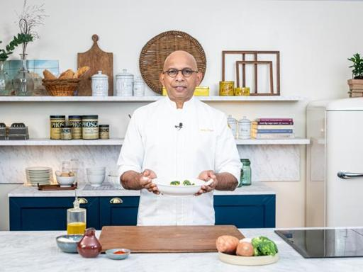 La ricetta della zuppa di salmone con funghi e broccoli dello chef Wicky Priyan