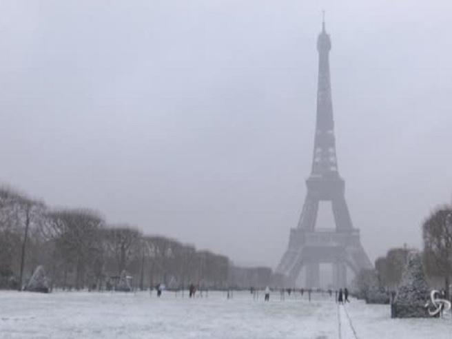 Maltempo, la neve imbianca Parigi e la Tour Eiffel