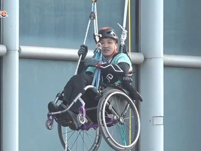 Hong Kong, scala un grattacielo in sedia a rotelle
