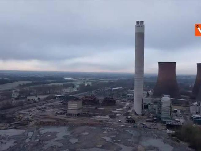 Gran Bretagna, la torre della centrale elettrica viene demolita: il video dell'esplosione controllata