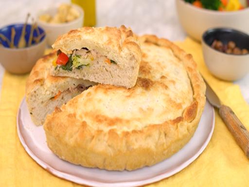 La ricetta facile della pizza di verdure e tonno: il piatto svuota-dispensa