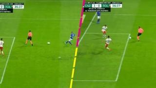 Messico, l'arbitro impedisce il gol con il corpo