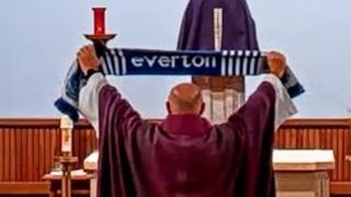 Everton, il prete celebra in chiesa la vittoria contro il Liverpool