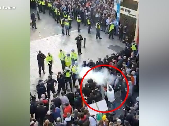 Proteste anti-lockdown a Dublino, manifestante spara petardo sul volto di un agente