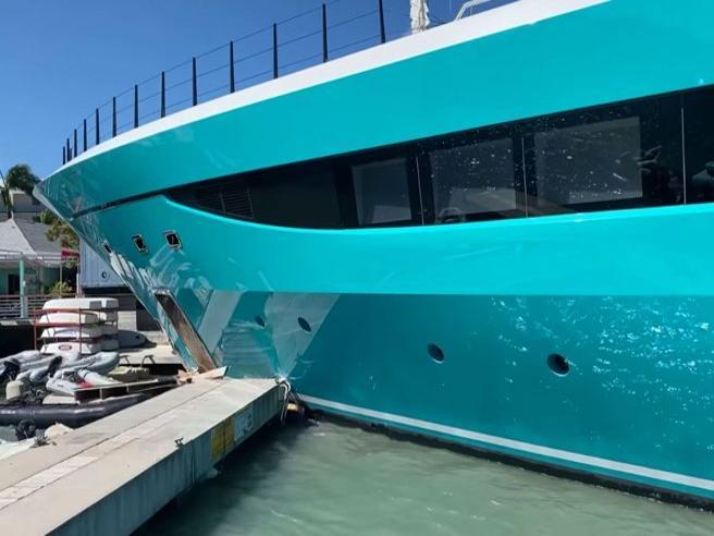 Il mega yacht da 75 milioni di euro si schianta contro la banchina
