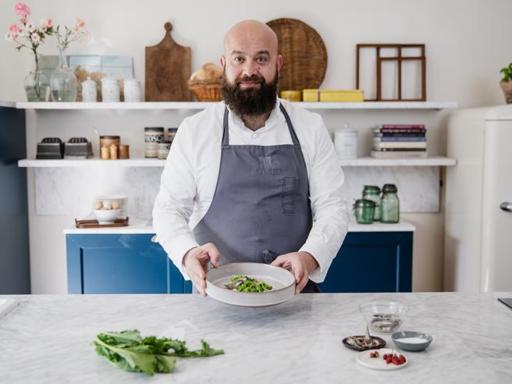La ricetta degli gnocchi fatti di cime di rapa alle alici marinate, salsa all'aglio e peperoncino di Domingo Schingaro