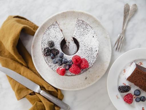 La ricetta della fluffosa al cioccolato: la ciambella morbidissima con i frutti di bosco