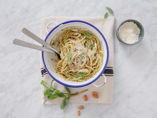 La ricetta della pasta al pesto povero (pronta in 15 minuti)