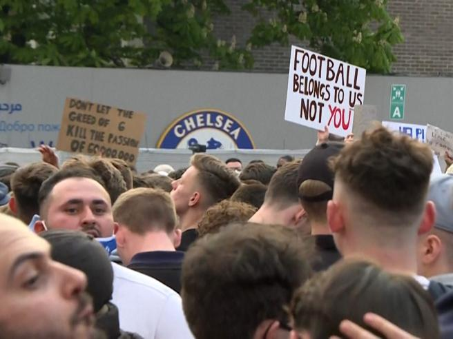 Superlega, i tifosi del Chelsea protestano davanti a Stamford Bridge