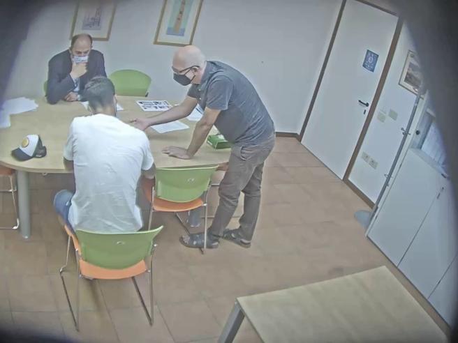 L'esame farsa di Suarez: la videoregistrazione con la telecamera nascosta