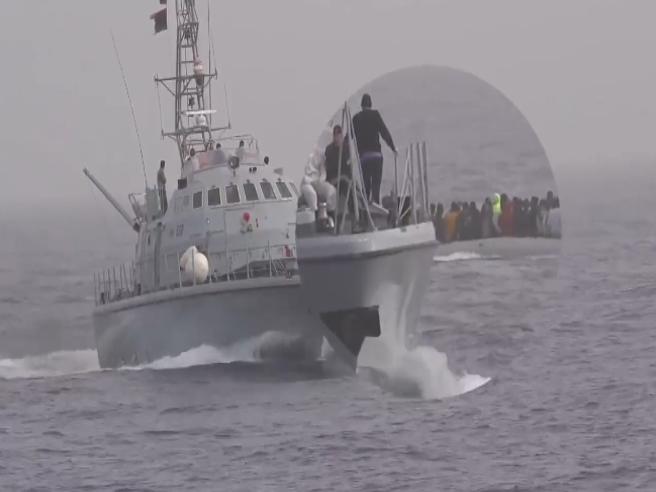La video-denuncia di Sea Watch: «Migranti picchiati dalla guardia costiera libica e costretti a rientrare»