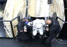 Gli astronauti della Stazione Spaziale Internazionale emergono dalla capsula SpaceX