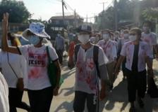 Myanmar, studenti macchiati di vernice rossa boicottano la riapertura delle scuole