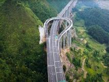 L'autostrada in Cina che consente di fare un'inversione a U