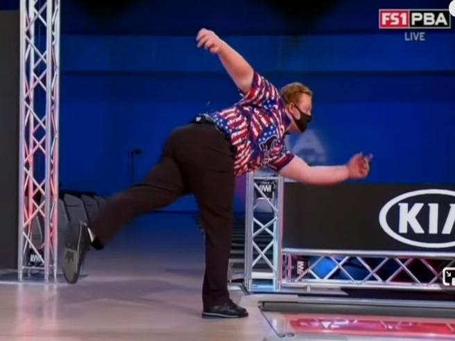 Bowling, il colpo impossibile: colpisce i birilli opposti