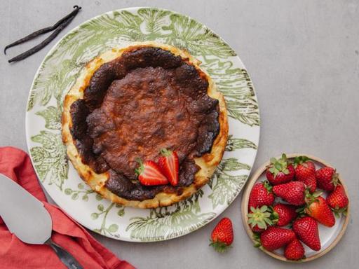 La ricetta della cheesecake basca bruciata: la torta soffice che fa impazzire il web