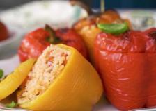 I peperoni ripieni di risotto al pomodoro con olive e cipolla
