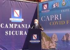 De Luca invita i turisti stranieri a Capri e li saluta in inglese. Poi canta «Malafemmena»