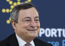 Il siparietto di Draghi e il pavone: «Ci accompagna da stamattina, sentiamo cosa dice»