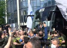 Inter, arriva il pullman del club e i giocatori esultano con i tifosi