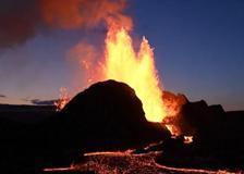 Islanda, l'eruzione del vulcano sembra quella di un geyser