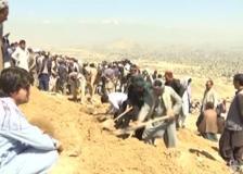 Kabul, bomba alla scuola: i parenti seppelliscono le vittime