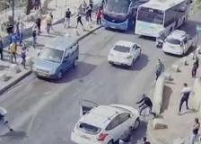 Scontri a Gerusalemme, auto presa a sassate investe un manifestante