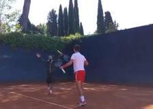 Fiorello, lezione di tennis (da ridere) a Djokovic