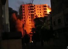 Raid su Gaza distrugge edificio di 12 piani, il momento del crollo