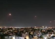 Il cielo di Tel Aviv illuminato  dalla risposta della contraerea