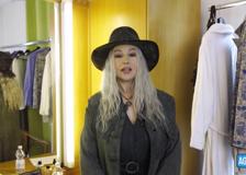 Monica Bellucci bionda ai David e Geppi Cucciari scherza: «Un saluto a Ivana Spagna»