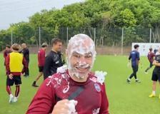 Andres Iniesta, torta in faccia per il 37° compleanno del centrocampista spagnolo