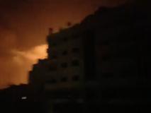 Gaza, il cielo illuminato dai bombardamenti israeliani