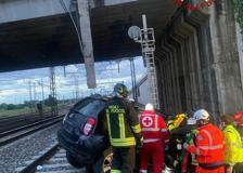 San Donato Milanese, auto precipita dalla tangenziale sui binari dell'alta velocità: morto il conducente