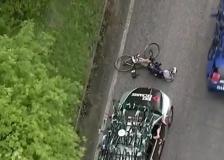 Giro d'Italia, l'ammiraglia in salita investe Pieter Serry